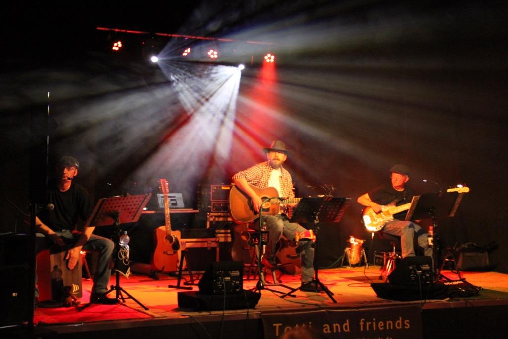 v.l.n.r: Markus Woyciechowski (Percussion, Gesang),  Torsten Edler (Gitarre, Gesang), Udo Seibert (Bass),